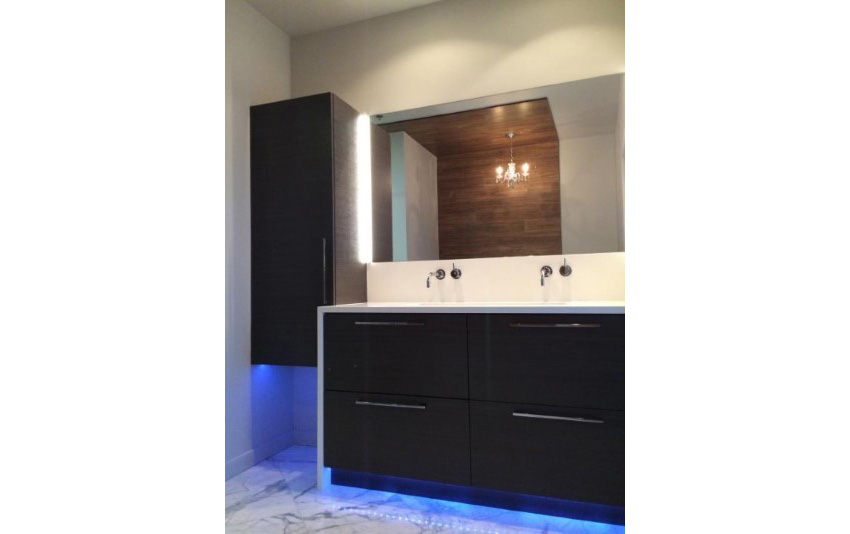 20. Modern Loft Bathroom With LED lightings Feels Stylish